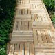Садовая деревянная дорожка на загородном участке